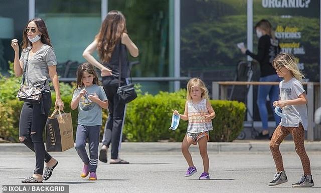 Megan Fox giản dị đưa con đi siêu thị - 1