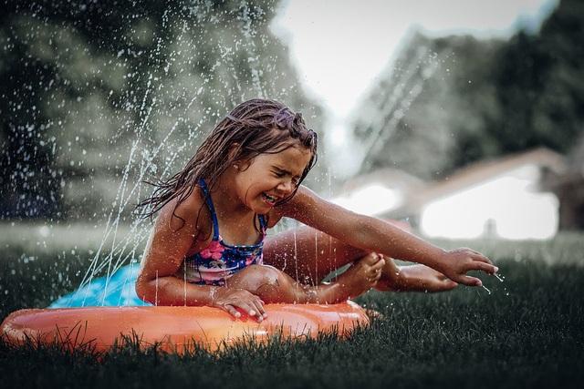 Những bức ảnh kể về niềm vui của trẻ em Việt Nam và trẻ em thế giới - 18