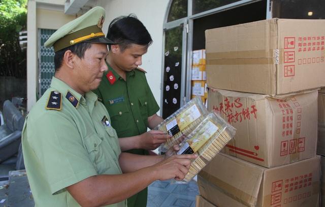 """Phú Yên: Bắt giữ một xe container chở hàng trăm thùng bánh kẹo """"lậu"""" - 2"""