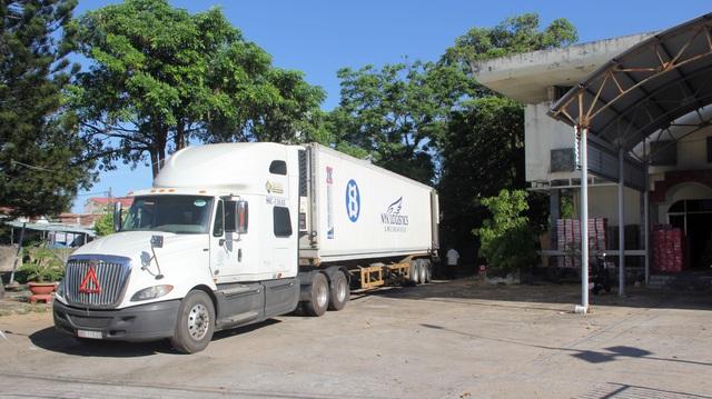"""Phú Yên: Bắt giữ một xe container chở hàng trăm thùng bánh kẹo """"lậu"""" - 1"""