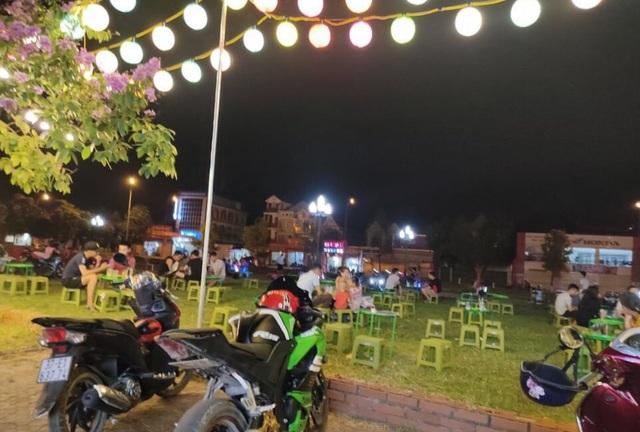 Nghệ An: Chính quyền bật đèn cho buôn bán, kinh doanh trên đất công viên - 1