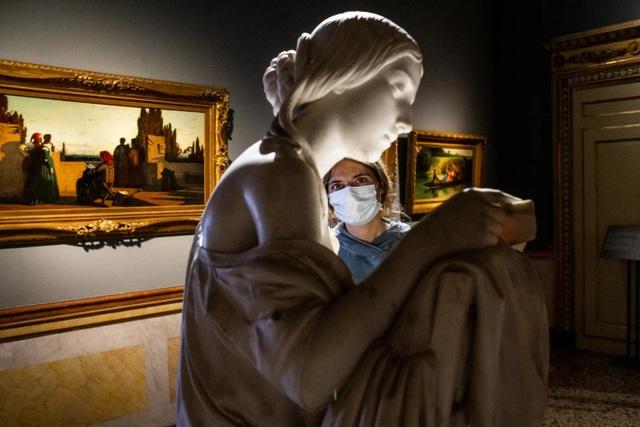 Triển lãm nghệ thuật ở Châu Âu diễn ra rất khác sau dịch Covid-19 - 7