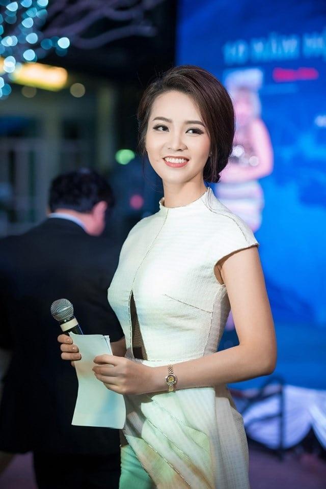 Á hậu Thụy Vân: Bị fan cuồng đeo bám và mặt trái của sự... kín tiếng! - 1
