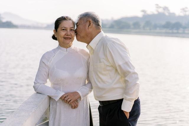 """Ngưỡng mộ mối tình gần 40 năm vẫn """"xanh ngát"""" của bố mẹ Á hậu Thuỳ Dung - 7"""
