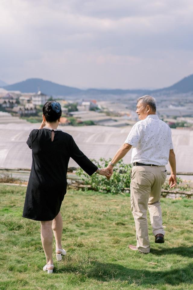"""Ngưỡng mộ mối tình gần 40 năm vẫn """"xanh ngát"""" của bố mẹ Á hậu Thuỳ Dung - 14"""