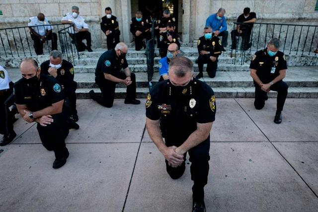 Cảnh sát Mỹ đồng loạt quỳ gối cùng người biểu tình - 1