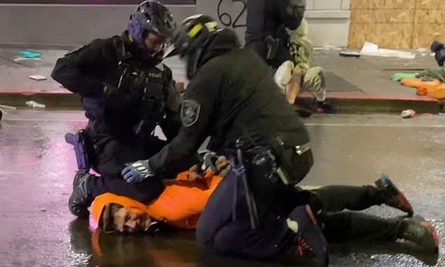 Cảnh sát Mỹ ngăn đồng nghiệp ghì đầu người biểu tình - 1