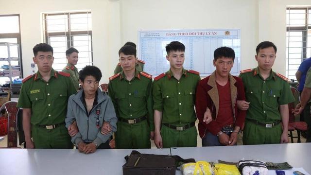 Bắt khẩn cấp 2 thanh niên ôm súng AK áp tải 15.000 viên ma túy - 1