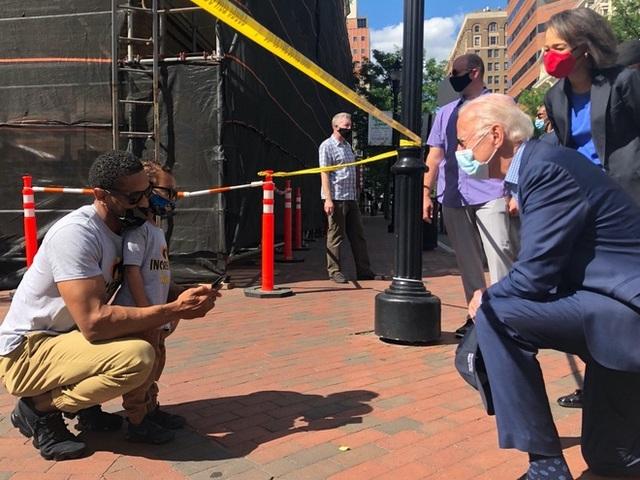 Cảnh sát Mỹ đồng loạt quỳ gối cùng người biểu tình - 2