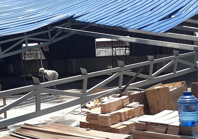 Nhà xưởng hơn 1.000 m2 bị mưa giông đánh sập - 1
