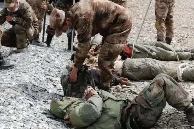Quân nhân Trung - Ấn đăng ảnh ẩu đả lẫn nhau lên mạng xã hội - 1