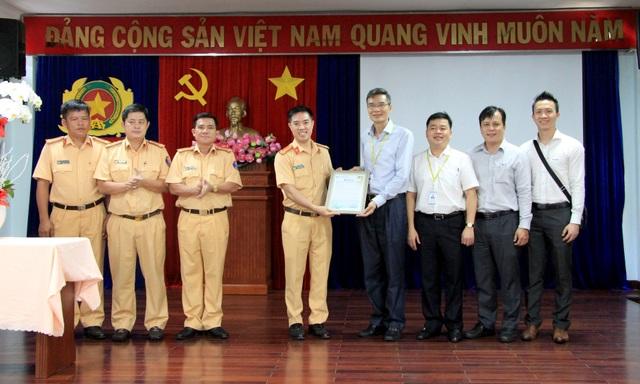CSGT hộ tống khẩn cấp lá gan từ sân bay Tân Sơn Nhất đến bệnh viện - 2
