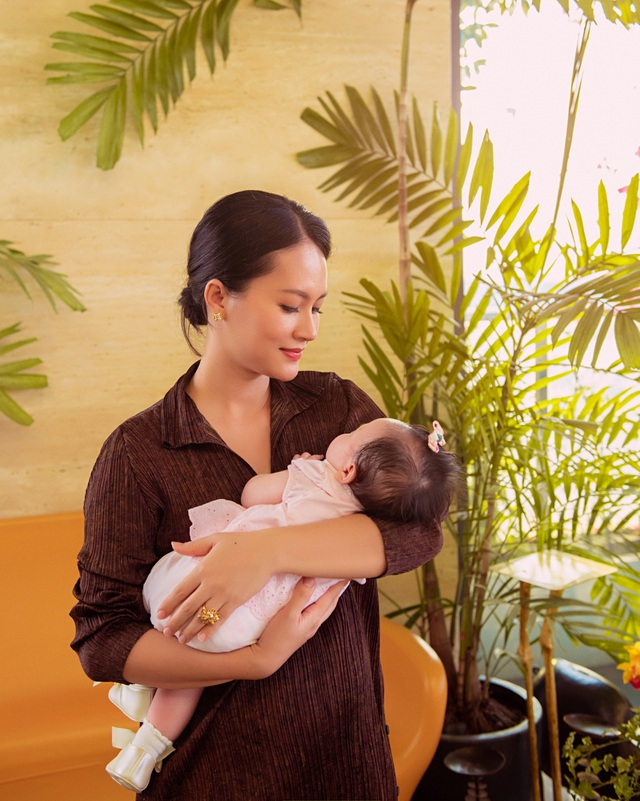 """Ở ẩn 5 năm, """"cô Pao"""" Đỗ Thị Hải Yến sinh liền 3 nhóc cho ông xã - 10"""