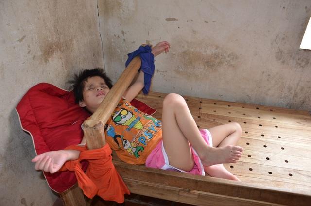 Nhói lòng cảnh cô bé bị mẹ cột vào thang gỗ, gia đình nghèo khổ nhất huyện - 2