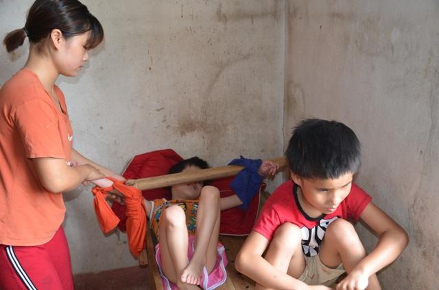 Nhói lòng cảnh cô bé bị mẹ cột vào thang gỗ, gia đình nghèo khổ nhất huyện - 3
