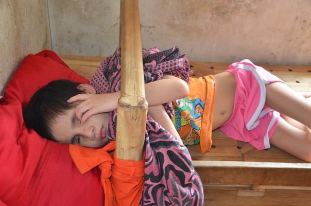 Nhói lòng cảnh cô bé bị mẹ cột vào thang gỗ, gia đình nghèo khổ nhất huyện - 4