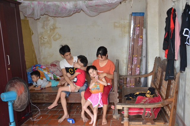 Nhói lòng cảnh cô bé bị mẹ cột vào thang gỗ, gia đình nghèo khổ nhất huyện - 7