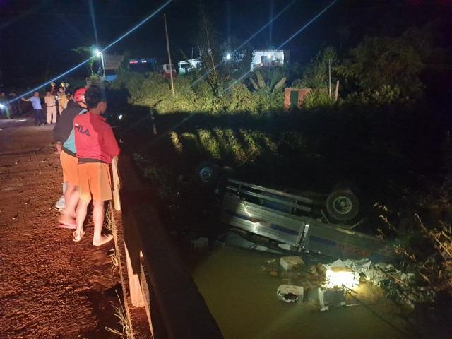 Xe tải chở trái cây lao khỏi cầu, 2 người tử vong - 1