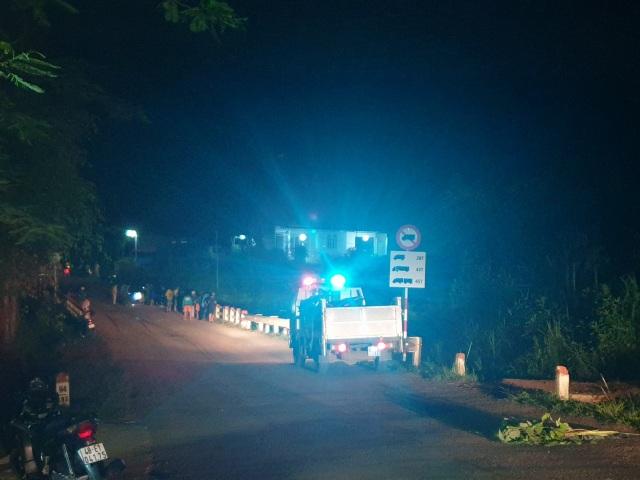 Xe tải chở trái cây lao khỏi cầu, 2 người tử vong - 2