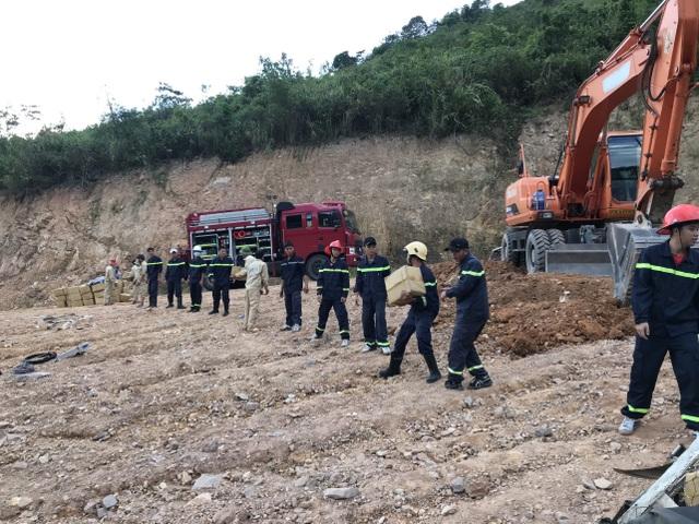 Xe chở gần 5 tấn thuốc nổ lật bên bờ vực, hàng chục cảnh sát vất vả cứu hộ - 4