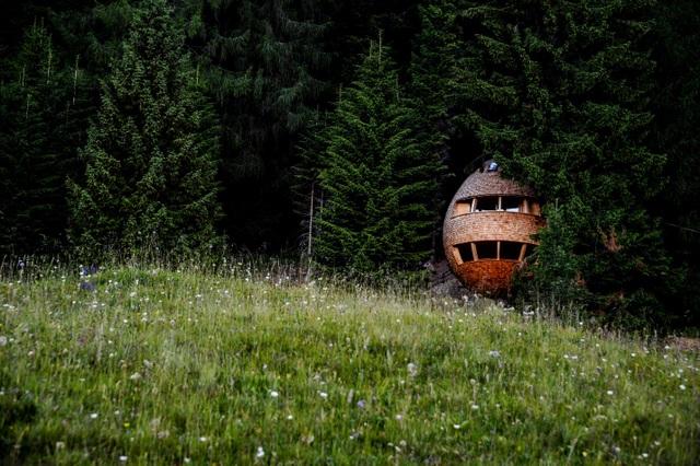 Kỳ lạ ngôi nhà treo mình giữa rừng cây, khách muốn vào phải đi bằng cầu - 2