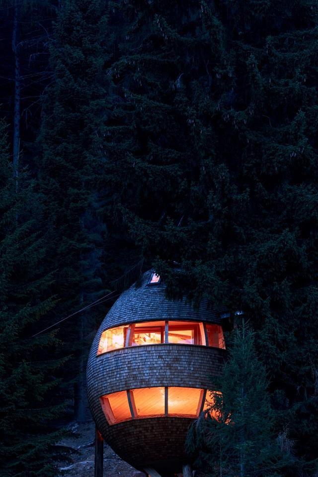 Kỳ lạ ngôi nhà treo mình giữa rừng cây, khách muốn vào phải đi bằng cầu - 7