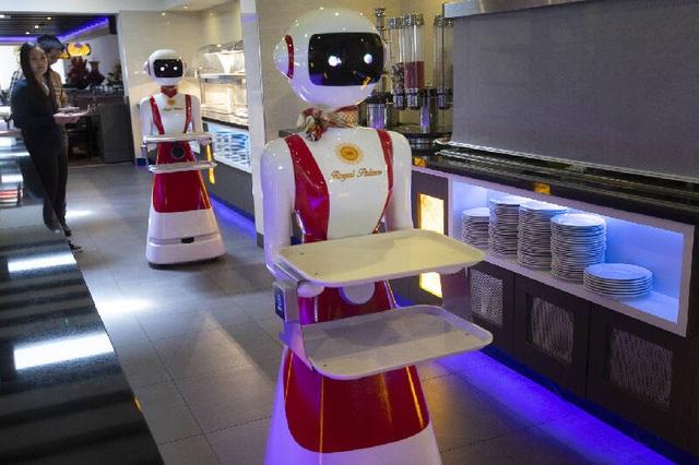 Nhà hàng sử dụng robot làm bồi bàn để đề phòng lây nhiễm Covid-19 - 1