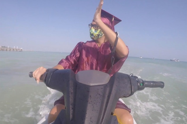 Mỹ: Học sinh trung học đi mô tô nước nhận bằng tốt nghiệp - 3