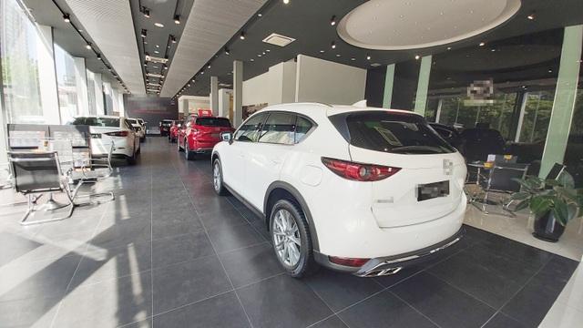 Dù giảm giá, các đại lý ô tô vẫn bất động trong tháng cô hồn - 1