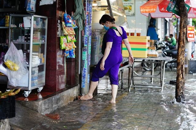 TPHCM: Mưa nhỏ cũng ngập bõm cả tuyến phố - 11
