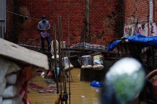 TPHCM: Mưa nhỏ cũng ngập bõm cả tuyến phố - 12