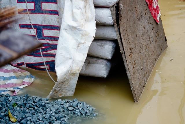 TPHCM: Mưa nhỏ cũng ngập bõm cả tuyến phố - 13