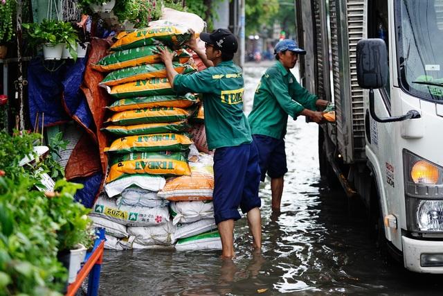 TPHCM: Mưa nhỏ cũng ngập bõm cả tuyến phố - 16