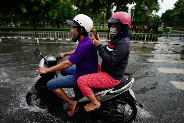 TPHCM: Mưa nhỏ cũng ngập bõm cả tuyến phố - 2