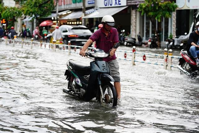 TPHCM: Mưa nhỏ cũng ngập bõm cả tuyến phố - 5