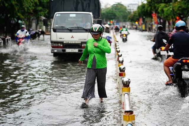 TPHCM: Mưa nhỏ cũng ngập bõm cả tuyến phố - 7