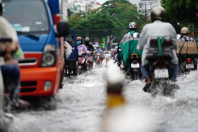 TPHCM: Mưa nhỏ cũng ngập bõm cả tuyến phố - 9