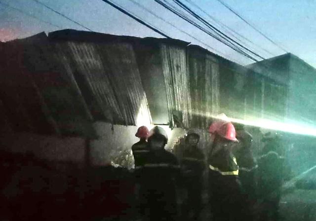 Kho chứa vải bốc cháy dữ dội, nhiều nhà dân phải di tản trong đêm - 2