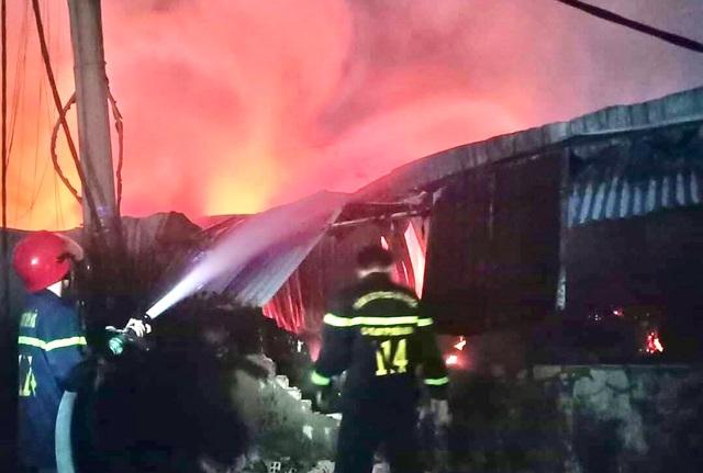 Kho chứa vải bốc cháy dữ dội, nhiều nhà dân phải di tản trong đêm - 1