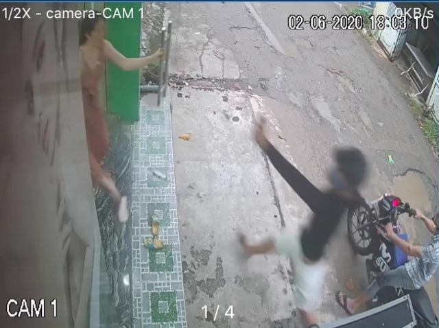 Người phụ nữ bị 2 thanh niên trộm xe máy xịt hơi cay vào mặt - 1