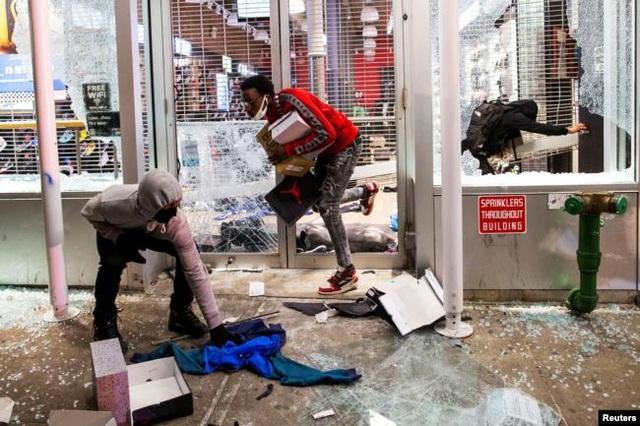 Cảnh sát Mỹ bị đâm khi ngăn chặn hôi của - 1