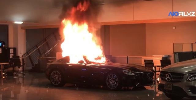 Mỹ: Xe sang đắt tiền trong đại lý bị người biểu tình đốt, phá - 1