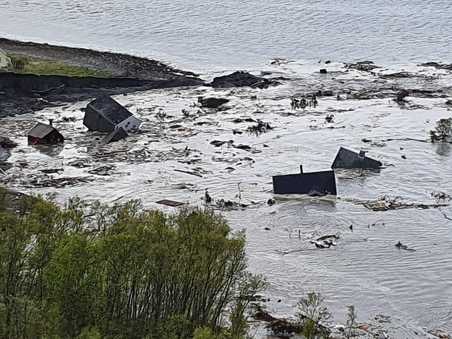 Khoảnh khắc 8 ngôi nhà bị cuốn ra biển trong lở đất kinh hoàng - 4