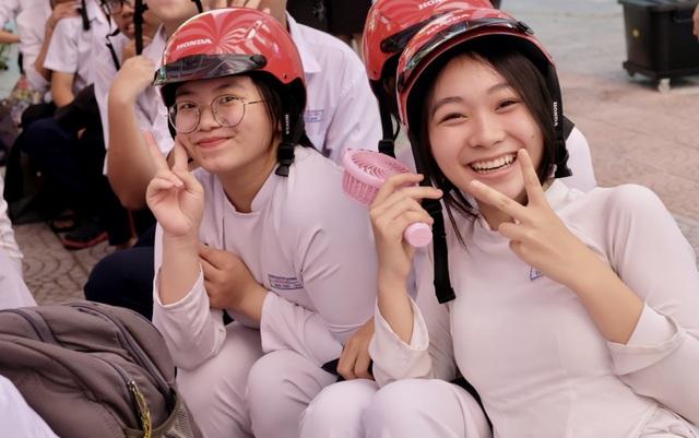 Trao gần 2.000 mũ bảo hiểm đến học sinh Đà Nẵng - 1