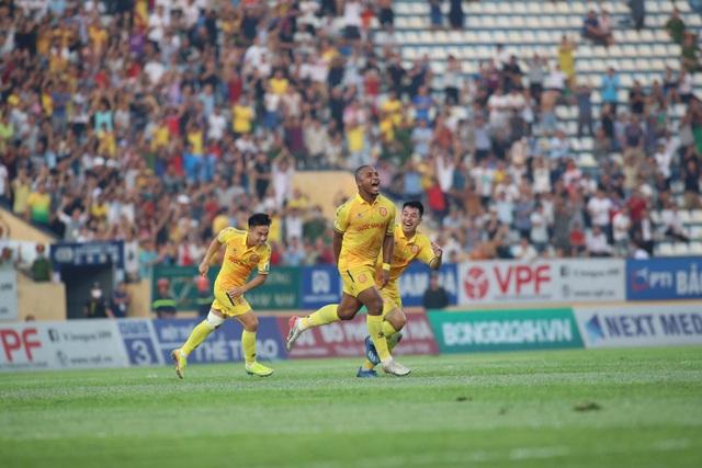 Vũ Minh Tuấn tỏa sáng giúp CLB Viettel thắng kịch tính Nam Định - 1