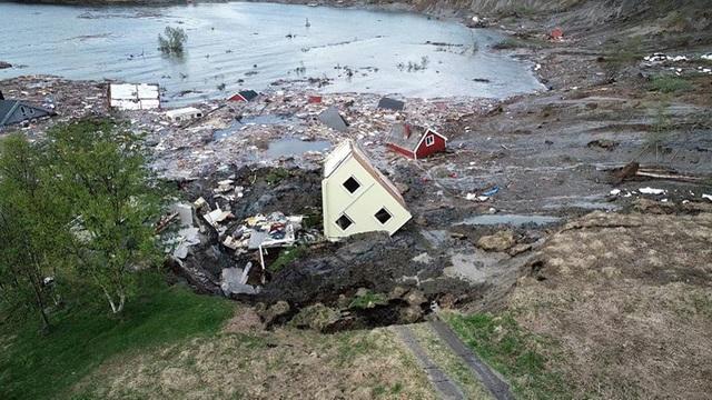 Khoảnh khắc 8 ngôi nhà bị cuốn ra biển trong lở đất kinh hoàng - 1