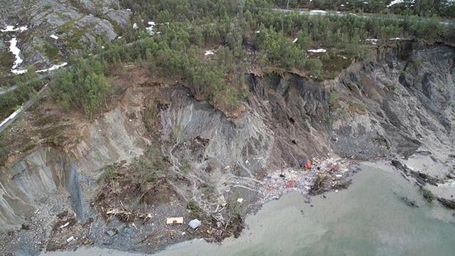 Khoảnh khắc 8 ngôi nhà bị cuốn ra biển trong lở đất kinh hoàng - 3