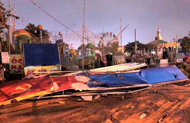 Cổng chào thành phố vừa làm xong đã bị mưa giông quật đổ - 3