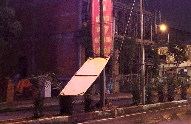 Cổng chào thành phố vừa làm xong đã bị mưa giông quật đổ - 5