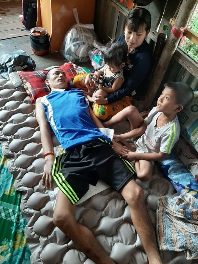 Xót xa cảnh người cha trẻ nằm liệt giường, hai con nhỏ mờ mịt tương lai - 1